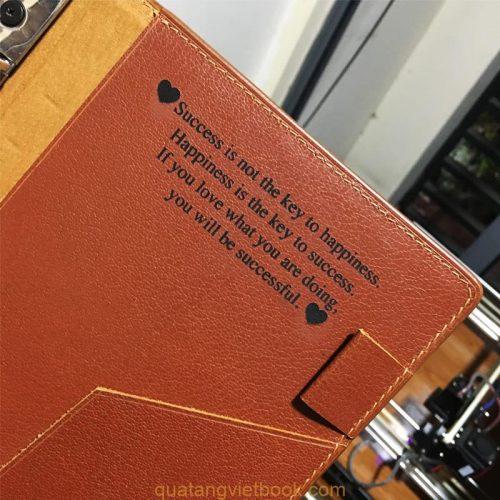 Bìa sổ được làm từ chất liệu cao cấp và sang trọng